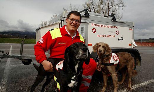 Perfektes Team: Andreas Wulz und seine Suchhunde Maya (links) und Elly von der Weyerburg