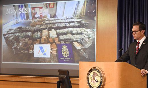 US-Staatsanwalt Randy Grossman zeigte bei einer Pressekonferenz in San Diego auch Fotos von den sichergestellten Drogen.