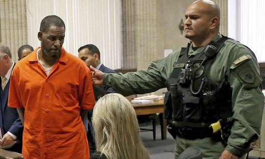 US-Sänger R. Kelly wird ins Gericht geführt
