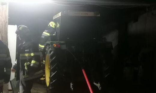Der Traktor stand in der Scheune und fing plötzlich zu Brennen an