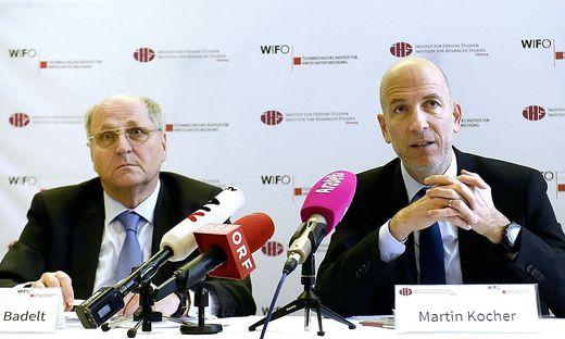 Wifo-Chef Christoph Badelt und IHS-Chef Martin Kocher bei der Prognose im Dezember, als die Lage noch ganz anders war.