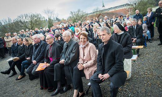 Große Gästeschar bei der Eröffnung des Vinzidorf-Hospizes