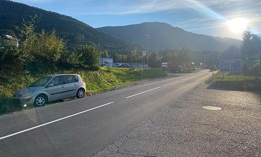 """Seit Monaten """"parkt"""" dieses Auto nur wenige Meter nach der A10-Abfahrt bei Feistritz"""