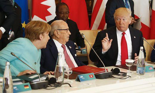 Angela Merkel und Donald Trump diskutieren