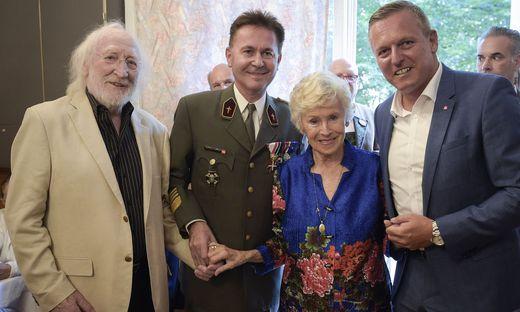 Christian Thomas Rachlé mit den Schauspiellegenden Waltraut Haas und Karl Merkatz, die zum von Minister Mario Kunasek (r.) überreichten Ehrenzeichen der Republik gratulierten