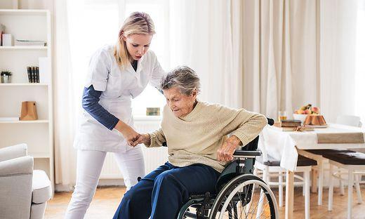 Nach Möglichkeit sollen ältere Menschen zu Hause gepflegt werden
