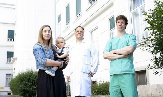 Mutter Bianca, Alexander und das Team des LKH Graz haben allen Grund zur Freude.