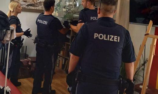 Zehn Giftschlangen und drei Vogelspinnen. Diese erschreckende Entdeckung machten Polizisten am Donnerstag in einer Wohnung in Klagenfurt