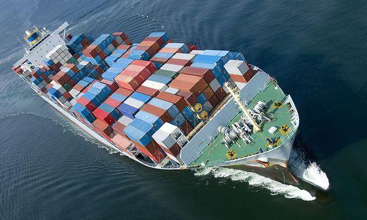 Frachtschiffe blasen tonnenweise Schadstoffe aus dem Rauchfang