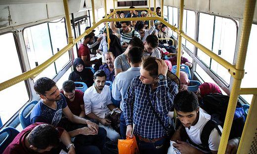 Syrische Flüchtlinge werden abtransportiert