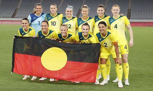 Die australischen Fußballerinnen mit der Aborigines-Fahne