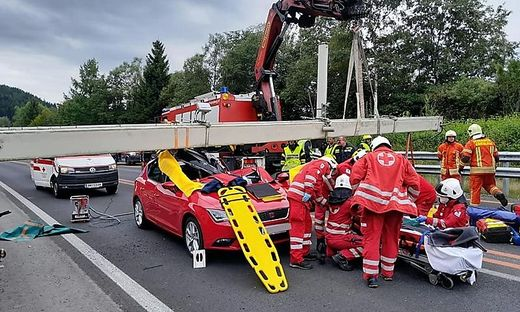 Mautbalken stürzte auf die Fahrbahn und begrub das Auto unter sich.