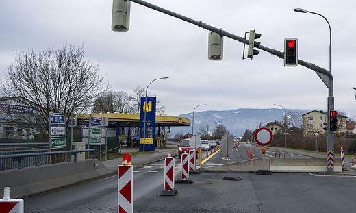 Die A1-Tankstelle ist von der Gewichtsbeschränkung auf der Brücke betroffen