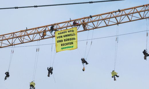 ++ HANDOUT ++ UVP - GREENPEACE-PROTEST AUF BAUSTELLENKRAN VOR PARLAMENT
