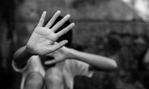 Ehepaar soll Kinder zehn Jahre missbraucht und geschlagen haben