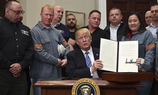 Flankiert von US-Stahlarbeitern: Donald Trump unterzeichnete umstrittenes Dekret
