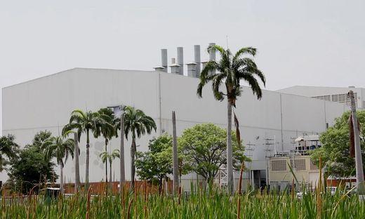 GM in Venezuela: Palmenpanorama und Fertigungshalle