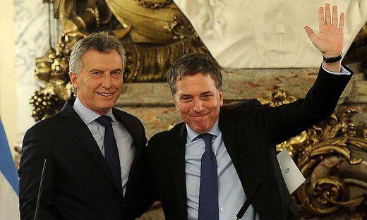 Der scheidende Finanzminister Nicolas Dujovne (rechts) mit Präsident Mauricio Macri