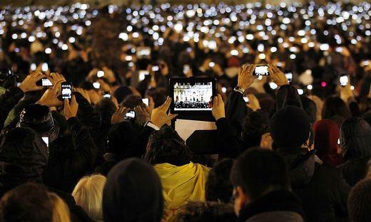 Neuer Papst Franziskus gewählt - Gläuibige machen FRotos