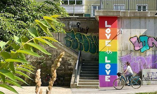 Die Regenbogenwand im Lendhafen in Klagenfurt soll Toleranz symbolisieren. Sie wurde aber von Unbekannten beschmiert (Archivfoto)
