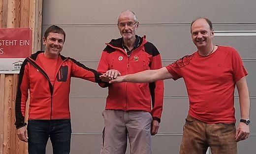 Gerhard Haiden und Andreas Wiltschnigg gratulieren dem Jubilar Karl Hönigschnabel