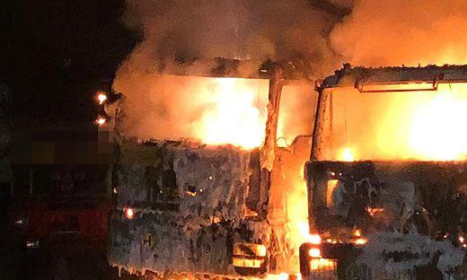 Zwei Lkw gingen komplett in Flammen auf