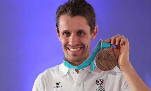 Klapfer strahlt mit seiner Medaille um die Wette