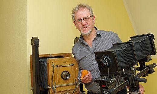 """Helmut Reisinger mit zwei Kameras, mit seiner exquisiten """"Sinar""""-Fachkamera (rechts)"""
