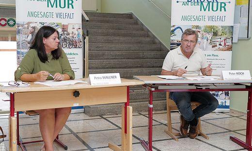 Petra Wallner, stellvertretende Leiterin des Bürgerservice, und Bürgermeister Peter Koch stellten die Volksbefragung vor