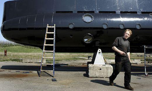 Madsen vor seinem U-Boot auf einem Archivbild von 2008