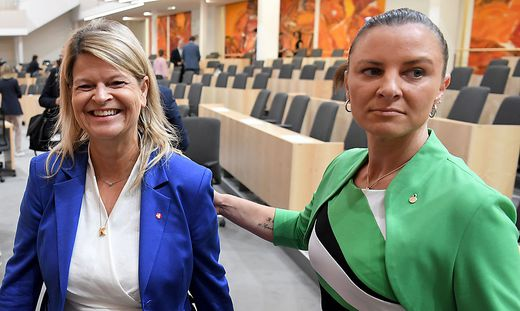 Katharina Nehammer (rechts), hier mit Verteidigungsministerin Klaudia Tanner, zog gegen Kärntner vor Gericht