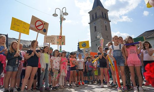 Mehr als 200 Volksschulkinder riefen am Judenburger Hauptplatz zum Schutz der Umwelt auf