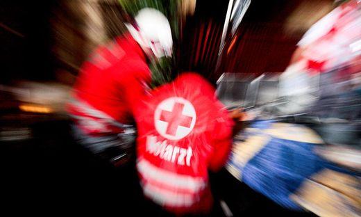 Nach Erstversorgung durch Arbeitskollegen und Mitarbeiter des Roten Kreuz wurde der Verletzte ins Krankenhaus  eingeliefert.