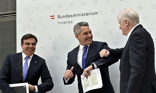 Gastgeber Nehammer mit seinem deutschen Amtskollegen Horst Seehofer und Margaritis Schinas, Vizepräsident der EU-Kommission.