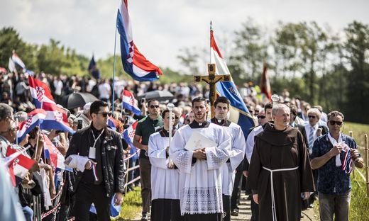 Die katholische Kirche Kroatiens gestaltete die Feier. Für die muslimischen Opfer sprach Idris Efendi Besic ein Gebet. Gut 11.000 kamen zum Gedenken