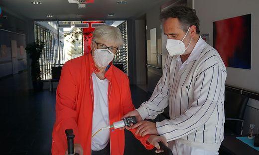 Patientin Hermine P. und Oberarzt Volker Tomantschger mit der neuen Pumpe, LKH Laas, Gailtalklinik, Parkinson