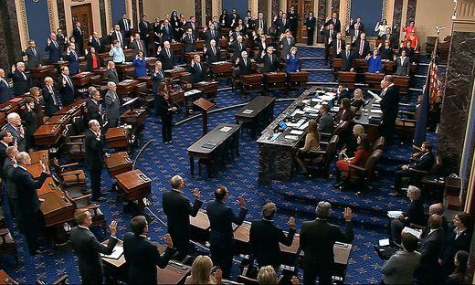 Verfassungsrichter John Roberts vereidigt die Senatoren, die im Impeachment-Verfahren die Rolle von Geschworenen einnehmen