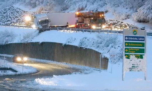 Auf der Bundesstraße im Oberland ist ein Lkw in eine Leitschiene gerutscht