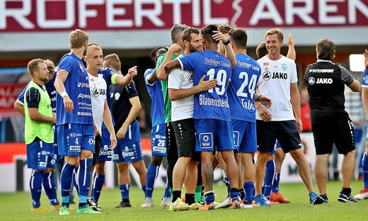 Die Hartberger feiern den ersten Sieg in der Bundesliga.