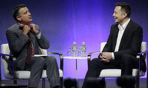 Elon Musk mit dem Gouverneur von Nevada, Brian Sandoval, der das Interview moderierte