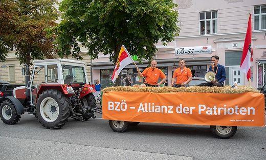Mit einem Traktor touren Klement, Nikel und Rutter durch den Wahlkampf