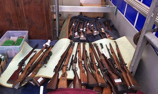 Gesucht hat die Polizei illegale Waffen, gefunden hat sich auch Nazi-Progandamaterial