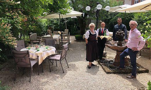 Auch der Brunnwirt in Guttaring ist nominiert: Ferdinand Kassl (Rechts) und Helga Schnattler (links) mit Team, Platzwahl, Gastgarten, Park, Restaurant, Hotel, St. Veit, Kärnten, Mittelkärnten