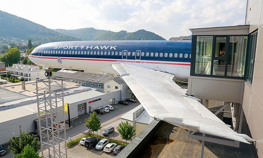 Flugzeug am Novapark-Dach