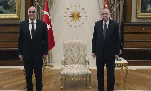 Bei Erdogan waren die Sessel wieder einmal knapp: Der griechische Außenminister musste aufs Sofa - sein türkischer Amtskollege aber auch