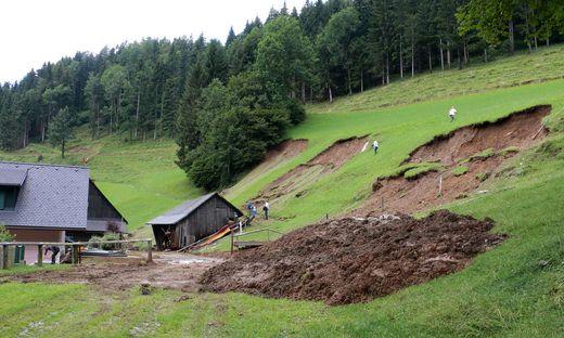 Auf einer Breite von 100 Metern kam in Kainach ein Hang ins Rutschen und verwüstete das Nebengebäude eines Bauernhauses