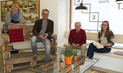 Julia Pichler und Rainer Rosegger (v. l.) mit den ersten Gästen und den selbst gebauten Möbeln