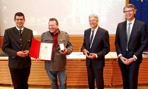 Werner Fellner mit Martin Gruber, Peter Kaiser und dem Präsidenten der Landarbeiterkammer, Harald Sucher  bei der Ehrung