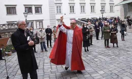 Bischof Wilhelm Krautwaschl bei der Segnung der Palmzweige