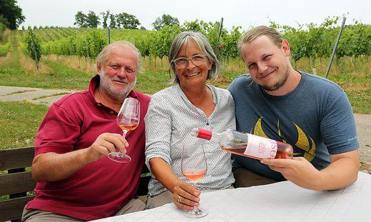 drei Personen mit Wein